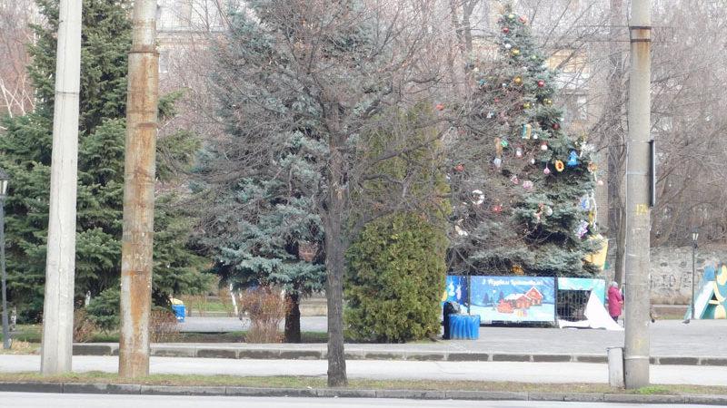 В центре Запорожья дети повредили декорации на новогодней елке, — ФОТО