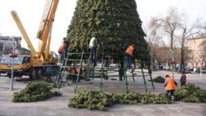 На площі Маяковського розбирають головну ялинку Запоріжжя, — ФОТО