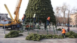 На площади Маяковского разбирают главную елку Запорожья, — ФОТО
