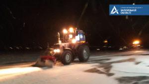 В Запорожской области всю ночь убирали снег на дорогах: работали более 100 единиц техники, – ФОТО