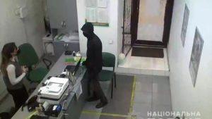 В Запорожье молодой парень с ножом ограбил «Готівочку», – ФОТО