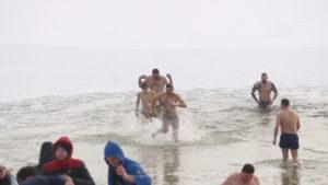 Жители Запорожья на Правобережном пляже массово ныряли в ледяную воду, – ФОТОРЕПОРТАЖ
