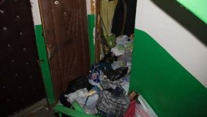 Запорожец 8 месяцев жил с трупами в квартире: соседи боятся возвращения мужчины