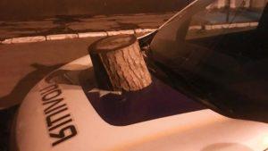 В Запорожье пьяный мужчина бросал камни в окна и разбил служебный автомобиль возле отделения полиции, – ФОТО