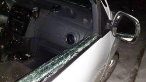 В Запорожье пьяный мужчина разбил стекло полицейского автомобиля, – ФОТО