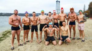 В Запорожье на Центральном пляже «моржи» устроили первый в этом году массовый заплыв, – ФОТО