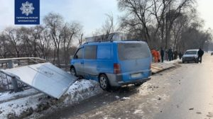 В Заводском районе Запорожья произошло ДТП: водитель едва не вылетел с моста, – ФОТО
