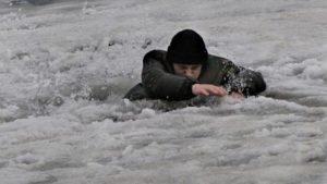 На Каховському водосховищі рятували горе-рибалку, який провалився під тонку кригу