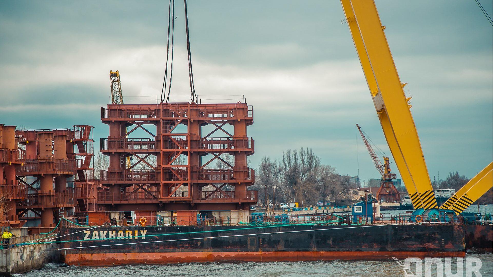 Сегодня в Запорожье гигантcкий кран «Захарий» приступил к строительству вантового моста моста через Днепр, – ФОТО