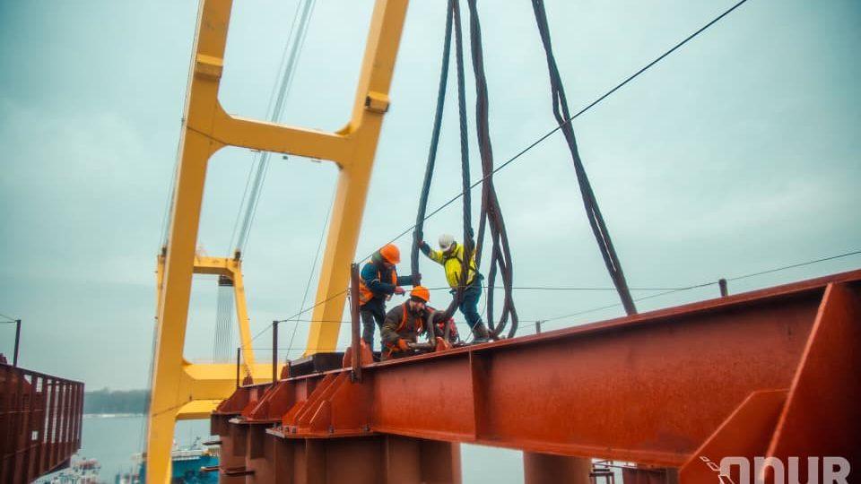 В Запорожье гигантский кран «Захарий» продолжает строить вантовый мост через Днепр, – ФОТО, ВИДЕО