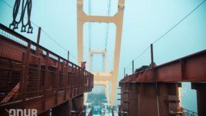 В Запорожье гигантский кран «Захарий» установил первые временные опоры вантового моста через Днепр, – ВИДЕО