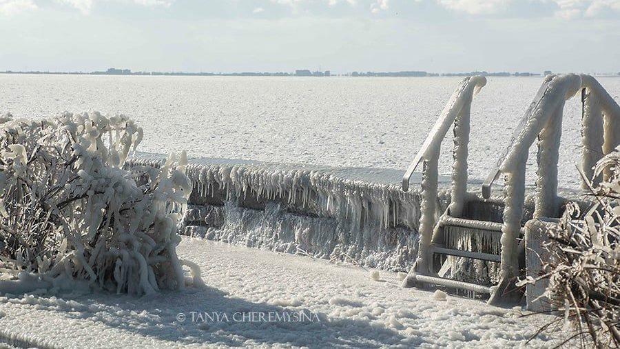 Запорожский фотограф показала красоту обледеневшей набережной в Бердянске, – ФОТО