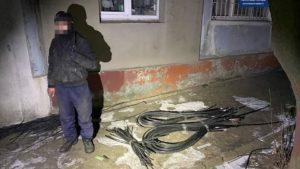 У Запоріжжі чоловік зрізав кабель та посеред ночи намагався його забрати, – ФОТО