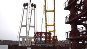 В Запорожье кран «Захарий» продолжил монтаж огромных временных опор вантового моста через Днепр, – ФОТО