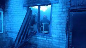 У Шевченківському районі пізно вночі сталася пожежа: будинок вигорів повністю