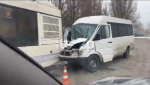 В Запоріжжі маршрутка врізалась в муніципальний автобус: поліція розповіла подробиці, — ВІДЕО