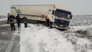 На Запоріжжі через негоду чотири вантажівки вилетіли з дороги, – ФОТО
