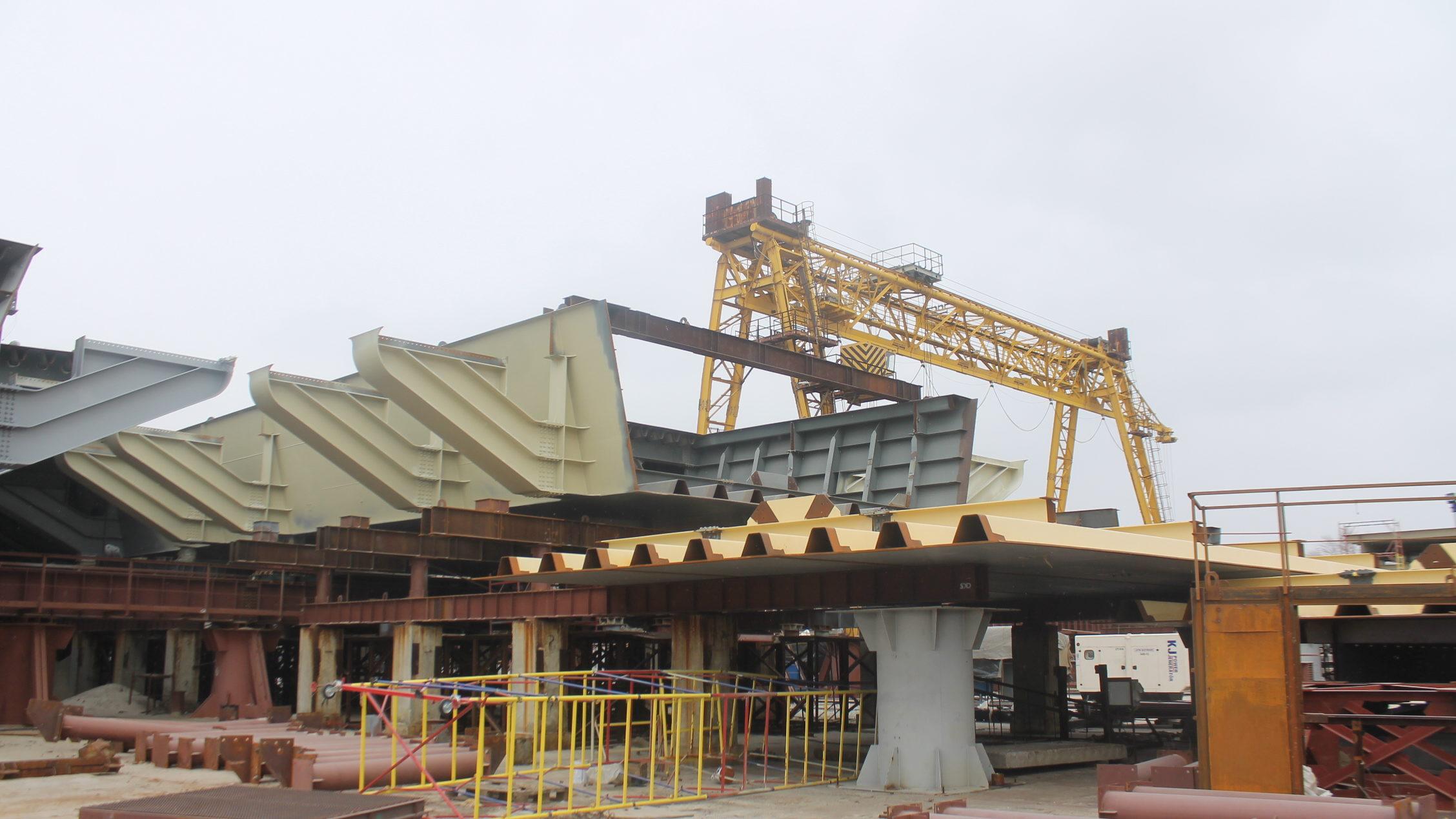 В Запорожье в Кривой бухте круглосуточно собирают гигантские секции нового моста на Хортицу, – ФОТОРЕПОРТАЖ
