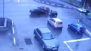 У Запоріжжі на Правому водій намагався «проскочити» на червоний і влаштував ДТП, – ВІДЕО
