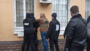 В Запорожье военного прокурора, которого поймали на взятке в 5 тысяч долларов, отправили под домашний арест