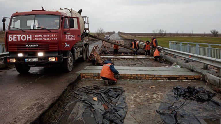В Запорізькій області ремонтують міст на державній трасі