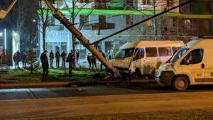 В Запорожье на Правом маршрутка влетела в столб: 8 пассажиров пострадали, водитель сбежал, – ФОТО