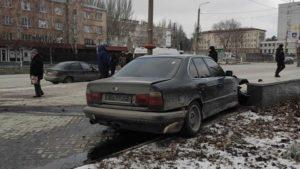 В Запорожье дрифтующий BMW вылетел с дороги и врезался в клумбу, – ФОТО