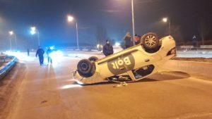 В Запорожье на Песках перевернулся автомобиль такси: водитель был «под кайфом», – ФОТО