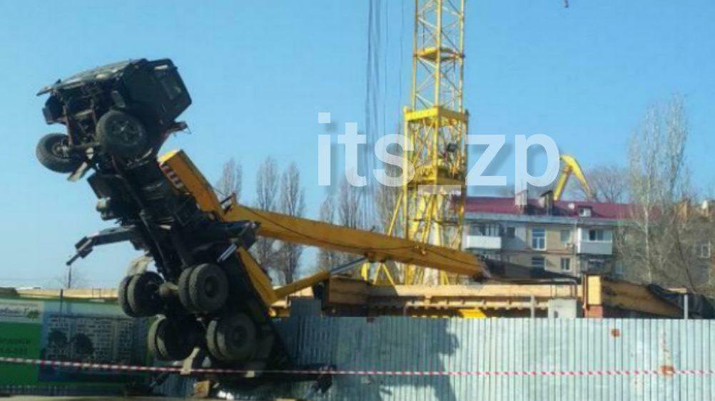 В Запорожье на строительной площадке многоэтажного дома упал автокран, – ФОТО