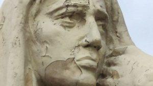 Памятник в центре Запорожья продолжает разрушаться, — ФОТО