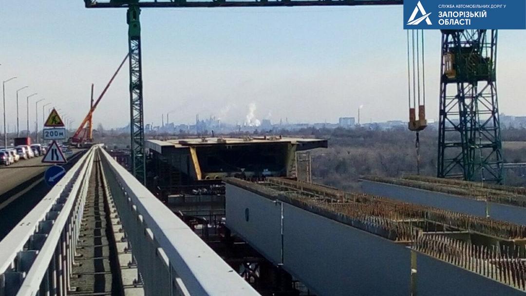 В Запорожье в круглосуточном режиме продолжается строительство мостов через Днепр: что уже сделано, – ФОТО