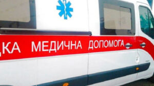 У Запоріжжі чоловік напав на лікаря швидкої допомоги: він схопив його за шию і вдарив головою об стіну