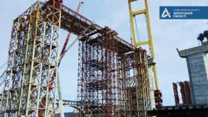 В Запорожье гигантский кран «Захарий» продолжает строить вантовый мост через Днепр: он перевез уже 1600 тонн металлоконструкций, – ФОТО