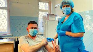 В Запорожской области известный доктор сделал прививку против COVID-19 и рассказал о своем самочувствии