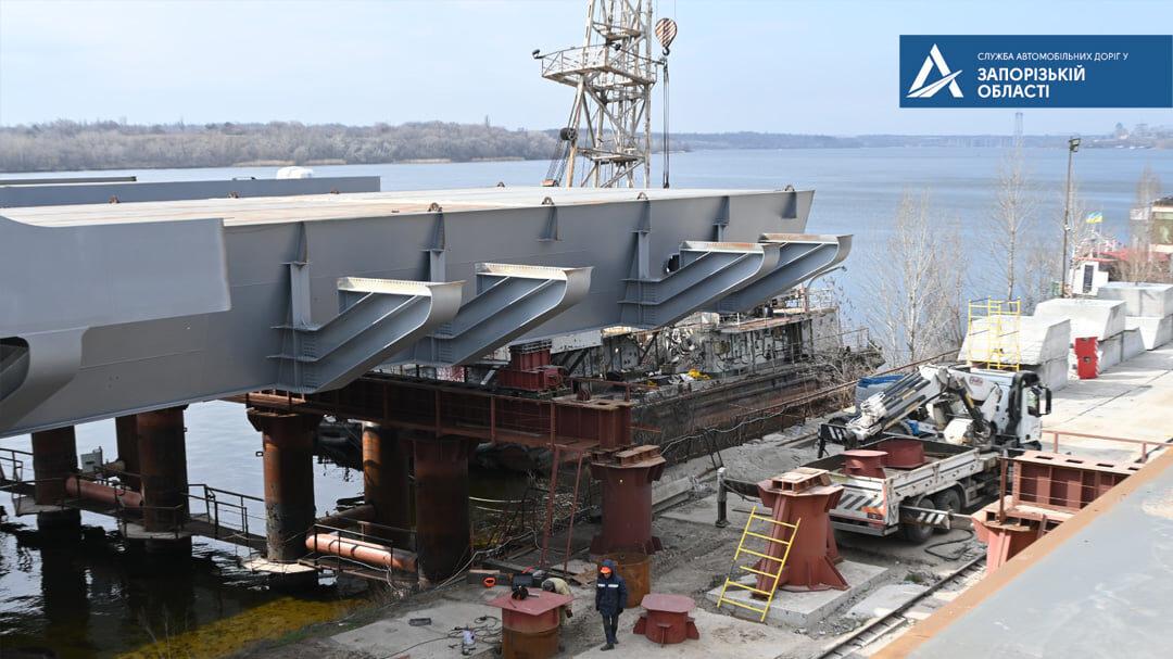 В Запорожье в Кривой бухте собирают гигантские секции нового моста с Хортицы на левый берег: как это выглядит, – ФОТОРЕПОРТАЖ