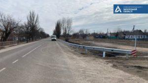В Запорожской области на трассах устанавливают новые ограждения