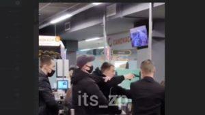 Погрожував пістолетом: в нічному супермаркеті у Запоріжжі побилися підлітки, — ВІДЕО