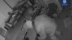 На центральному проспекті Запоріжжя пограбували кафе: до злочинця правоохоронців привела собака, — ВІДЕО