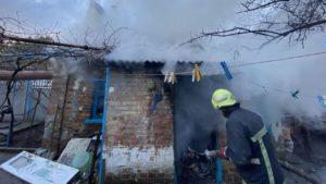 Восемь пожарных в Запорожье тушили огонь в летней кухне частного дома, — ФОТО