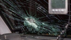 В маршрутке запорожанка разбила головой лобовое стекло: водитель обвинил пострадавшую
