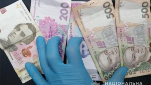 В подъезде запорожской многоэтажки ограбили парня