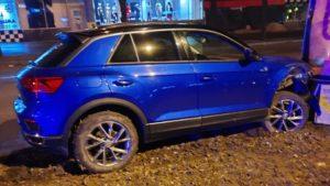 У Запоріжжя п'яна водійка Volkswagen таранила декілька сітілайтів та розбила припарковані авто, – ФОТО, ВІДЕО
