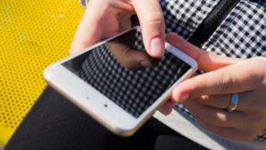 В Запорожье на железнодорожном вокзале у девушки выхватили из рук мобильный телефон