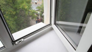 В Запорожье две женщины с разницей в полчаса выпрыгнули из окна квартиры многоэтажки