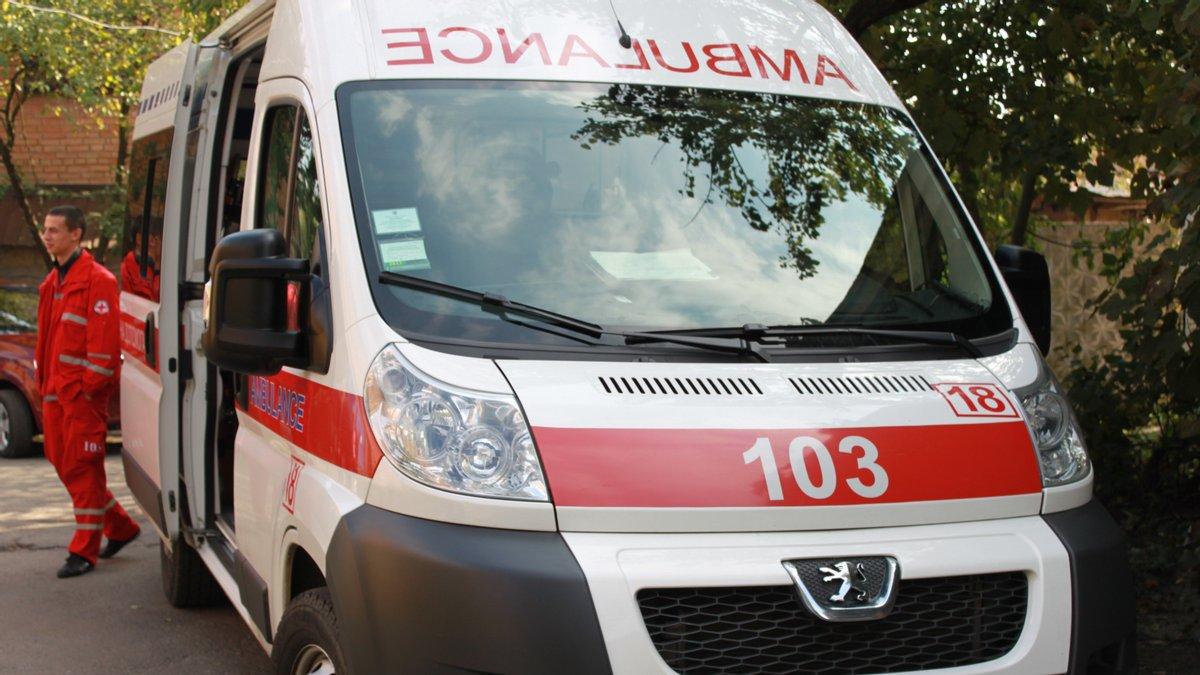 В Запорожье жестоко избили врача скорой помощи: мужчина схватил ее за шею и бил головой о стену