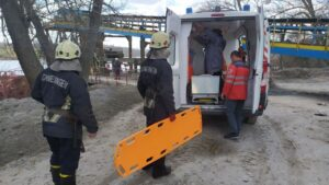 В Запорожье мужчина упал в трюм баржи: понадобилась помощь спасателей и медиков