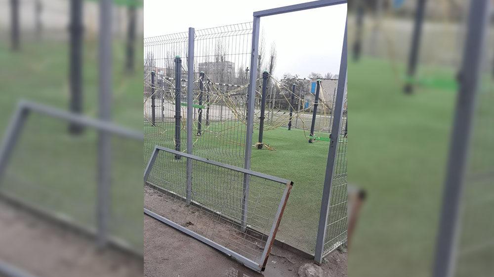 В Запорізькій області вандали зламали огорожу та понівечили канатний комплекс, — ФОТО