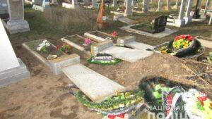 В Запорожской области подросток устроил масштабный погром на кладбище, - ФОТО