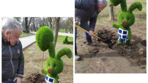 Одну из фигурок из искусственной травы, которую на днях установили в центре Запорожья, успели сломать, — ФОТО