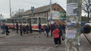В Запорожье сотрудники рынков вышли на протест против карантина и перекрыли движение трамваев, – ФОТО